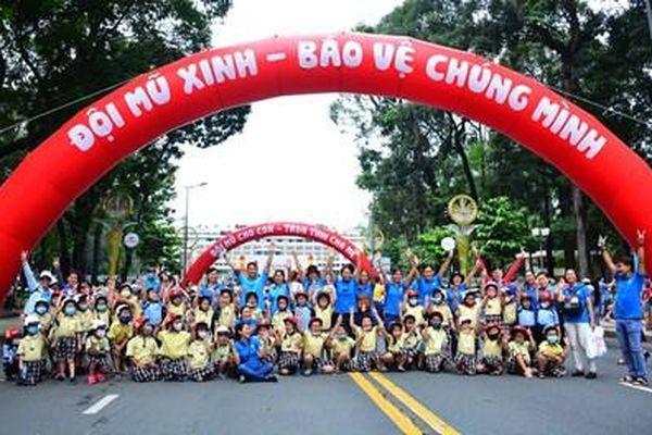 Đồng chí Trương Hòa Bình tham dự sự kiện đi bộ vận động toàn dân đội mũ bảo hiểm cho trẻ em