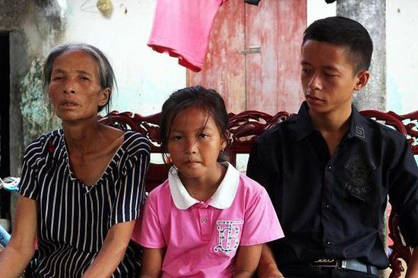 Nghẹn ngào cảnh bé gái 8 tuổi mồ côi mẹ, sống lay lắt cùng người bà mắc bệnh đãng trí