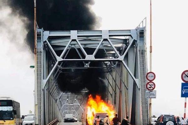 Siêu xe tiền tỷ phát hỏa, bốc cháy nghi ngút trên cầu Chương Dương