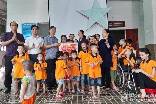 Tặng quà trung thu cho trẻ mồ côi, khuyết tật, trẻ em ở vùng biên giới Nghệ An