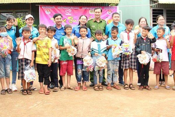 Tặng quà cho 3.000 thiếu nhi tỉnh Bình Phước đón Tết Trung thu