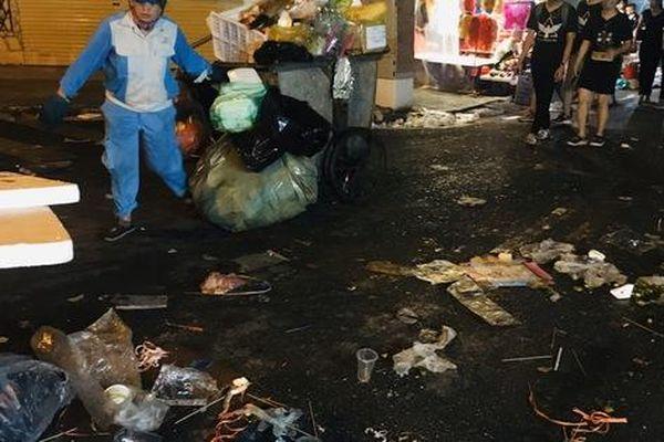 Sau những bức ảnh lung linh 'cúng Phây' đêm Trung thu Hà Nội là ngập ngụa rác