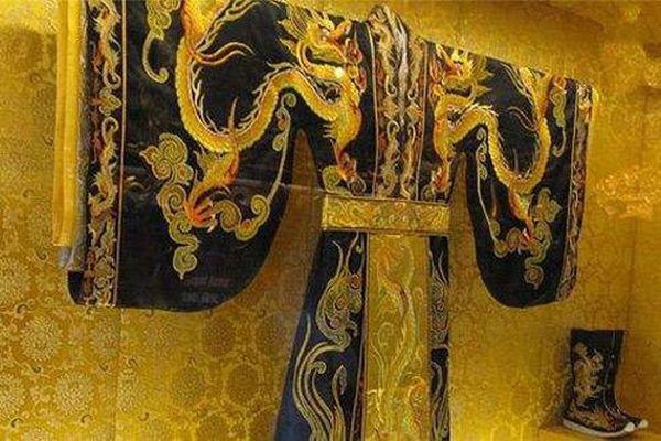 Long bào của các vị Hoàng đế ngày xưa bị cấm giặt bằng nước, vậy thì các cung nhân phải xử lý như thế nào?