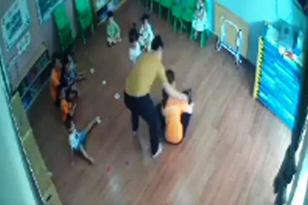 Nam phụ huynh đánh bé gái 2 tuổi tại trường mầm non ra trình diện