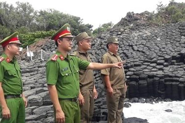 Bảo vệ không gian văn hóa đá ở một làng biển