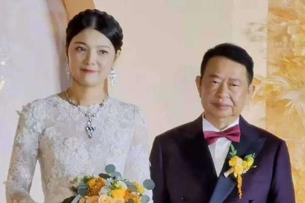 Mẫu nữ 38 tuổi lấy ông trùm mỏ vàng 63 tuổi gây xôn xao mạng xã hội Trung