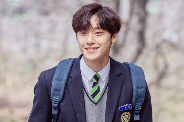 Lee Do Hyun hóa thân thành ông bố hồn già xác trẻ trong '18 Again'