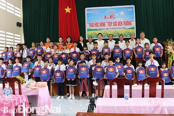 Trao 50 suất học bổng cho học sinh nghèo huyện Vĩnh Cửu