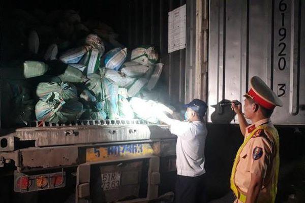 Bắt xe đầu kéo chở 30 tấn nội tạng đã bốc mùi hôi thối