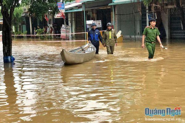 Nhiều khu dân cư ở Nghĩa Hành bị ngập sâu trong nước