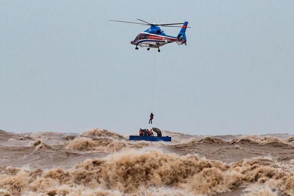 Trực thăng giải cứu 6 thuyền viên như thế nào?