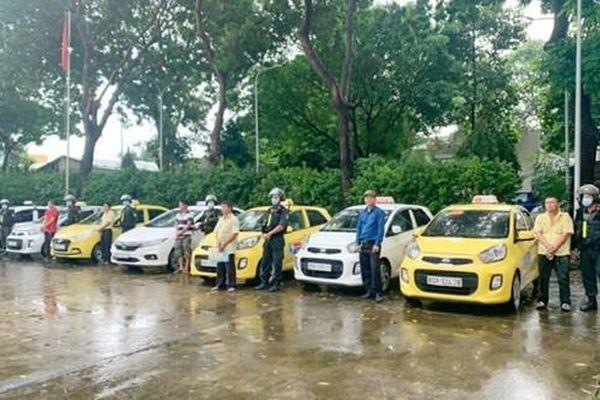 Tạm giữ 7 tài xế taxi đuổi đánh đồng nghiệp để tranh giành khách