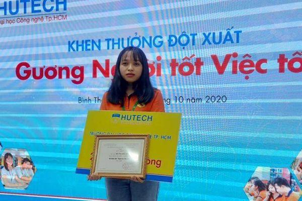 Trao học bổng cho nữ sinh Hutech nhặt được 200 triệu đồng đem nộp công an