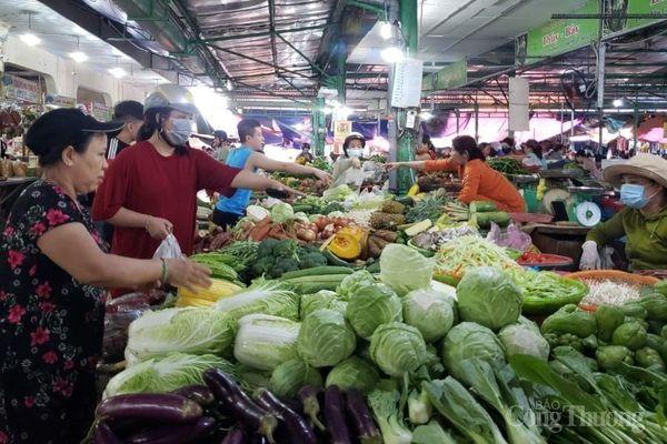 Đà Nẵng: Hàng trăm hécta rau màu ngập úng, giá rau xanh tăng 'phi mã'
