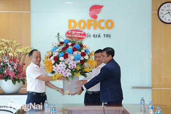 Ngành thuế thăm, động viên doanh nghiệp nhân Ngày doanh nhân Việt Nam