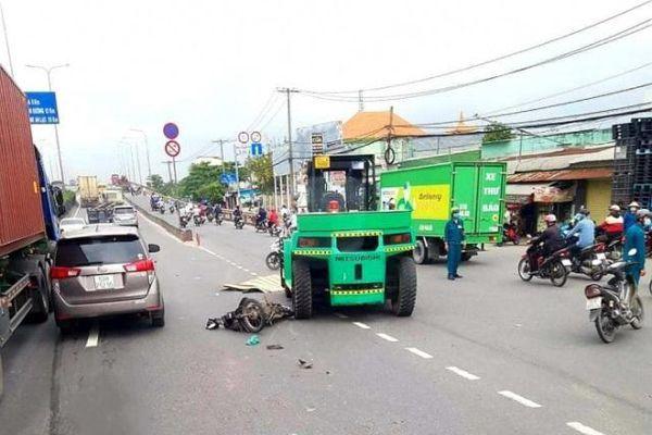 Tai nạn giao thông mới nhất hôm nay ngày 13/10: Xe nâng kéo lê xe máy trên quốc lộ 1, một người tử vong