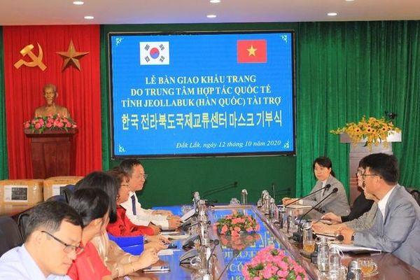 Đắk Lắk: Bàn giao 20.000 khẩu trang do Trung tâm hợp tác quốc tế tỉnh Jeollabuk (Hàn Quốc) tài trợ