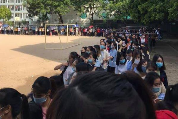 Sinh viên xếp hàng trước thư viện để mượn giáo trình khiến dân mạng ngạc nhiên: 'Cứ như đi xem concert của thần tượng vậy!'
