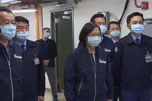 Phát hiện cố vấn Mỹ đi cùng bà Thái Anh Văn tại căn cứ radar
