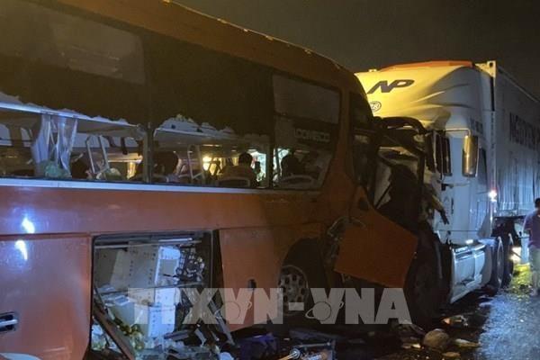 Xe khách va chạm xe đầu kéo, 2 người tử vong