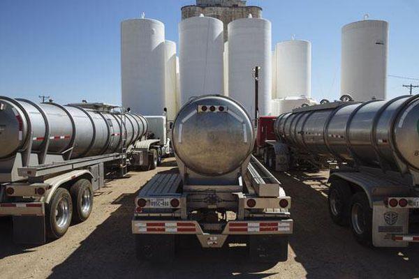 Giá dầu giảm gần 1% khi dịch Covid-19 bùng phát khắp châu Âu, tăng chóng mặt tại Mỹ