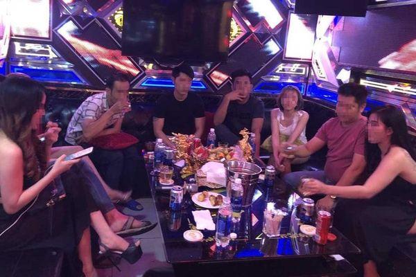 Vợ chồng gửi con cho nhân viên quán karaoke để thác loạn tiệc ma túy