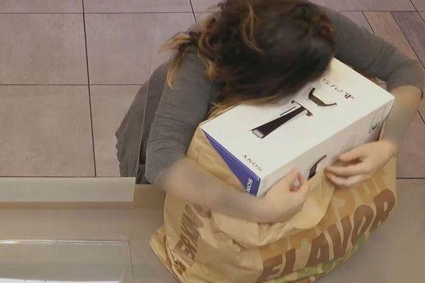 PS5 khéo khoe chiếc hộp đựng máy khổng lồ