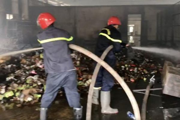 TP HCM: Cháy lớn kho hàng công ty chứa vải, nệm, mút xốp