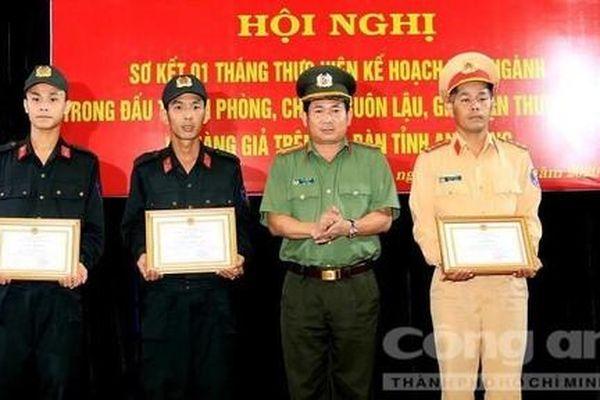 Khen thưởng CBCS Công an cứu vợ chồng chìm ghe trong đêm