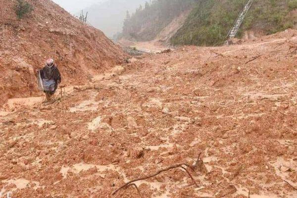 Đi tìm 7 người dân mất tích, chủ tịch và công an xã gặp nạn vì lở đất