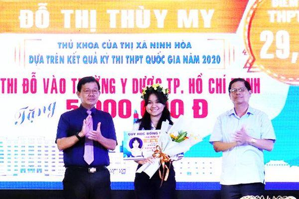 Trao 220 suất học bổng cho học sinh, sinh viên có hoàn cảnh khó khăn ở Ninh Hòa