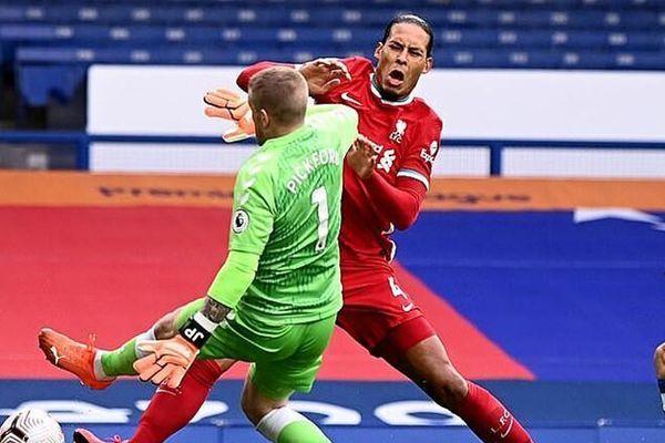 Van Dijk nghi bị đứt dây chằng đầu gối, nguy cơ nghỉ thi đấu 8 tháng