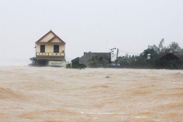 Lũ lớn kỷ lục, hàng nghìn ngôi nhà ở Quảng Bình chìm trong biển nước