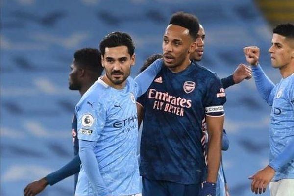 Cười 'mãn nguyện' với đối thủ sau trận thua, thủ quân Arsenal bị 'ném đá'