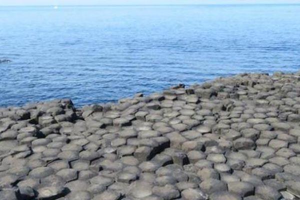 Cảnh tượng kỳ lạ bờ biển bao phủ bởi những viên đá đen hình lục giác