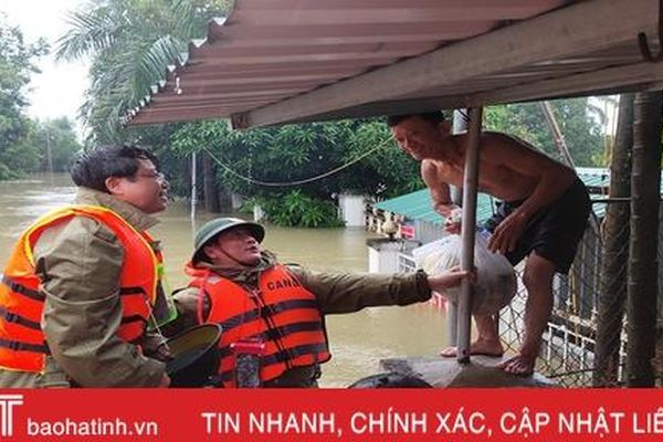 Nhiều khu vực ở thành phố Hà Tĩnh vẫn ngập sâu hơn 1m