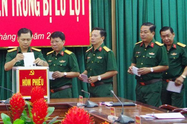 Lực lượng vũ trang ủng hộ đồng bào miền Trung