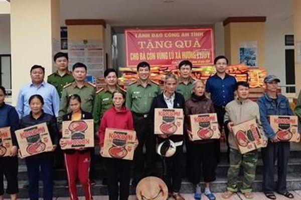 Công an Hà Tĩnh ủng hộ nhân dân vùng lũ Hương Khê