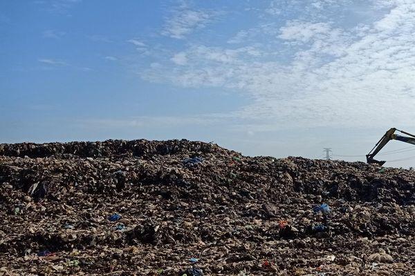 Bốc dỡ 30.000 tấn rác từ Trà Vinh đưa sang Cần Thơ xử lý
