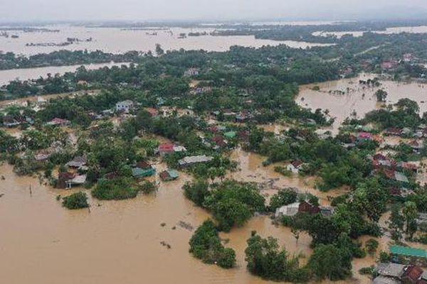 Miền Trung vẫn ngập chìm trong biển nước, công tác ứng cứu gặp nhiều khó khăn