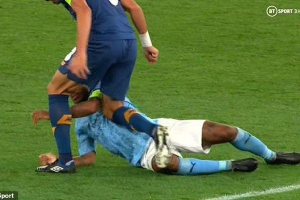 'Đồ tể' Pepe suýt giết chết Sterling ngay trên sân