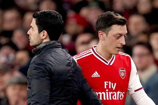 HLV Arsenal lên tiếng sau khi loại Ozil