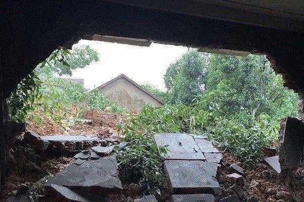 Lở núi, hàng chục ngôi nhà bị 'uy hiếp' sụp đổ bất cứ lúc nào