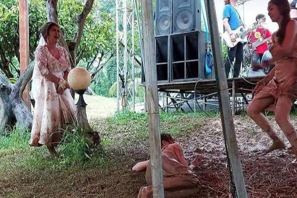 Hội chị em túm váy 'quẩy' tung bùn trong đám cưới, nhìn sang váy cô dâu ai cũng lắc đầu ngán ngẩm