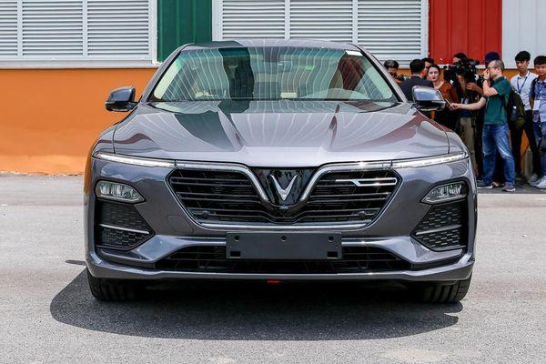 VinFast Lux A2.0 tiếp tục lấn lướt 'lão làng' Toyota Camry