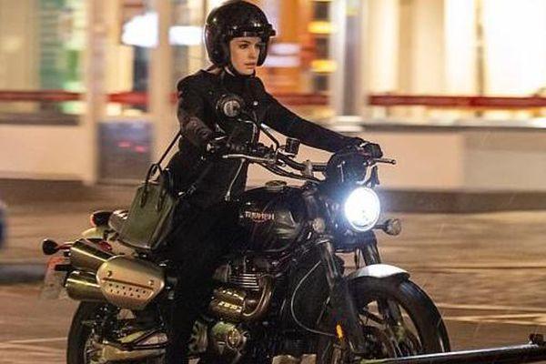 Anne Hathaway hóa siêu trộm, tự lái xe phân khối lớn