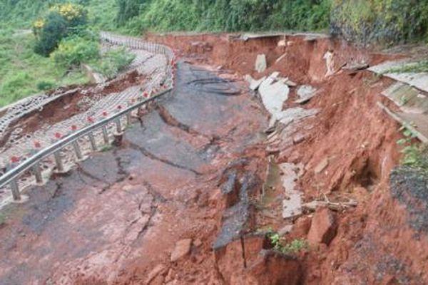 Mưa lớn kéo dài, đường gần 27 tỷ đồng chưa bàn giao đã sụt lún