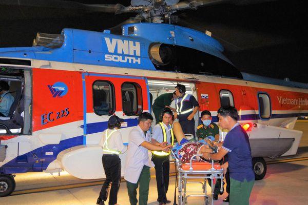 Cấp cứu an toàn 2 bệnh nhân được chuyển bằng trực thăng về từ Trường Sa về đất liền
