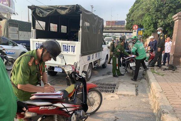 Công an phường Hoàng Liệt đảm bảo an toàn giao thông khu vực bến xe Nước Ngầm