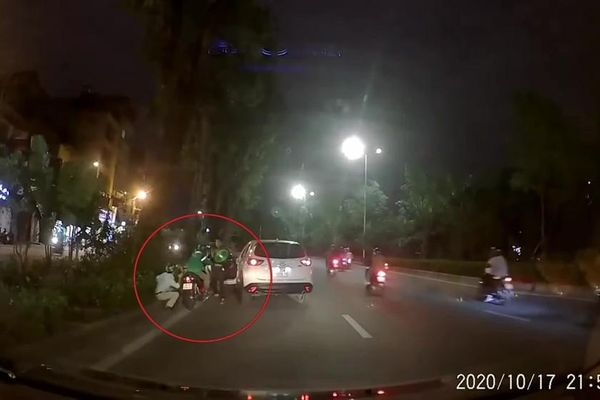 Tài xế Mazda CX5 dùng gậy vụt vào đầu người đi xe máy vì bị 'nhắc nhở'